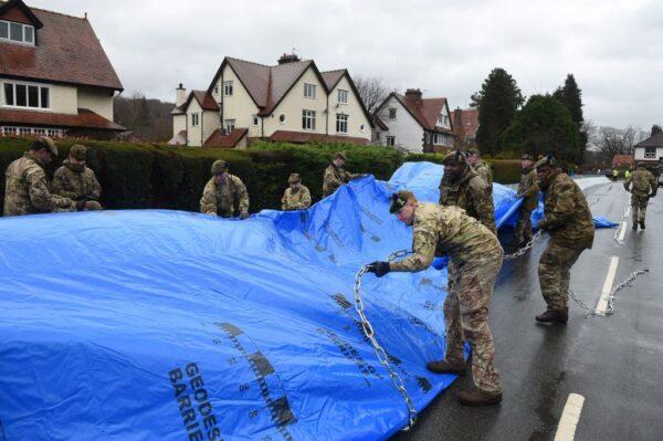 2月15日,英國調派部隊防災。(OLI SCARFF/AFP via Getty Images)