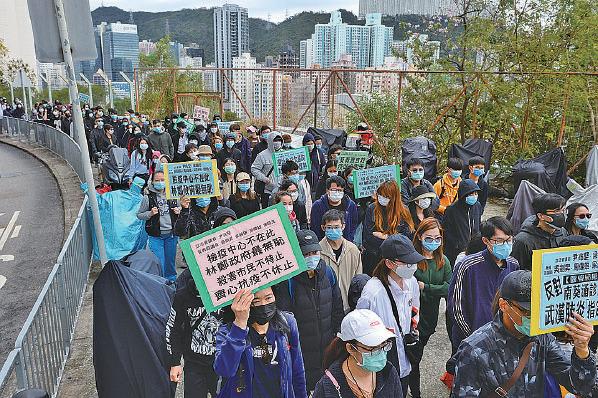 百多名市民昨日在葵盛遊樂場遊行到南葵涌診所,反對政府將診所用作指定診所。(宋碧龍/大紀元)