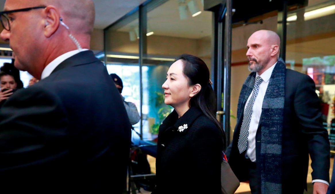 2020年1月20日在加拿大溫哥華舉行的引渡審判第一天,華為公司首席財務官孟晚舟在保安人員監視下出庭休息。(Jeff Vinnick/Getty Images)
