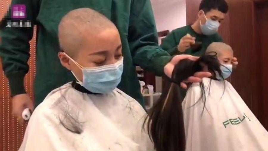 近日,甘肅一些年輕的護士幾乎成為「死士」,支援武漢疫區前含淚削髮訣別。(影片截圖)