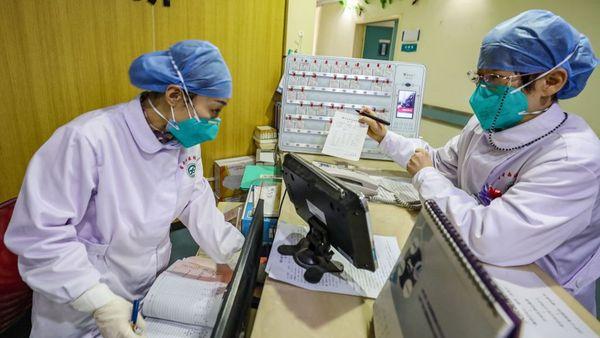 圖為武漢市一家醫院的醫護人員正在工作中。(STR/AFP via Getty Images)