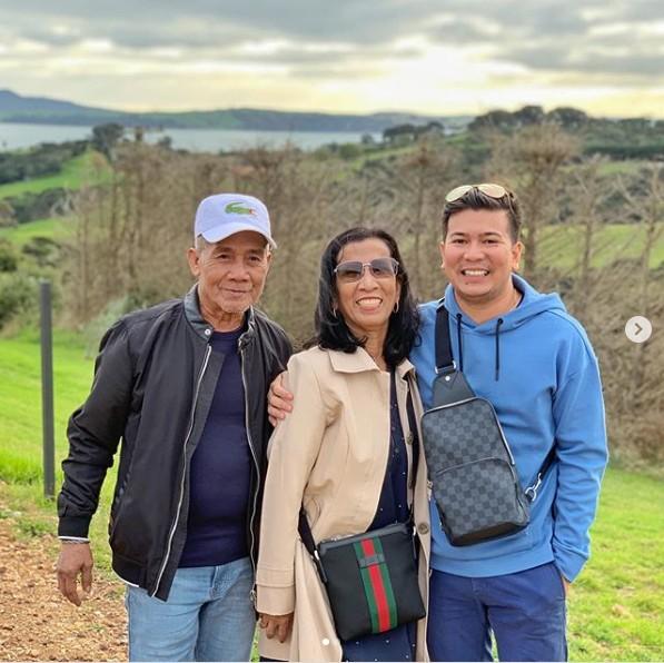 (左圖)賈維(右)帶父母去旅行,媽媽露出開心的微笑。