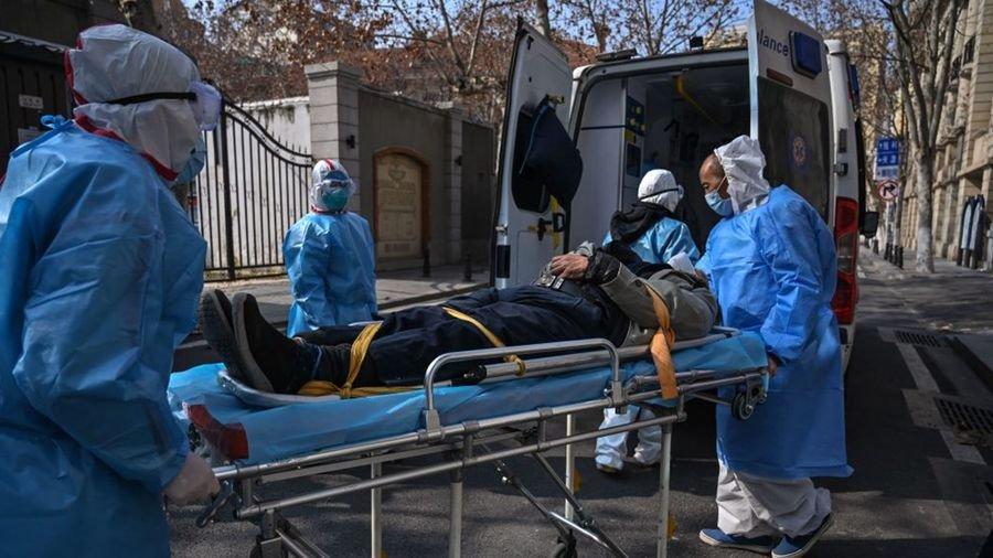中共病毒肺炎給武漢,整個中國,乃至世界帶來巨大災難。圖為武漢醫護人員收治一名中共肺炎疫情患者。(HECTOR RETAMAL/AFP via Getty Images)