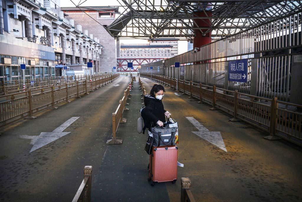 2020年2月16日,在北京西站,一名中國婦女戴口罩等車。(Kevin Frayer/Getty Images)