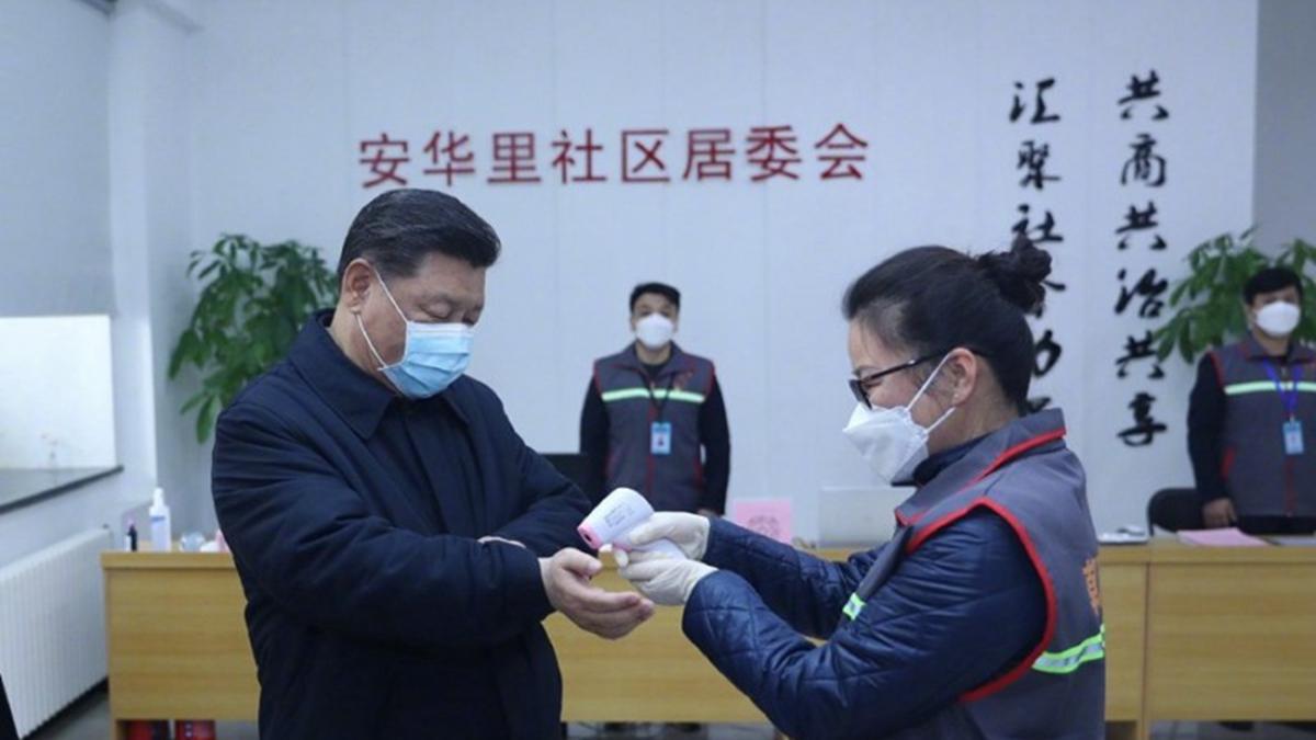 西方媒體以「習近平在哪裏?」大篇幅報道習隱身疫情前線。圖為習10日首度戴口罩赴北京社區視察疫情。(微博圖片)