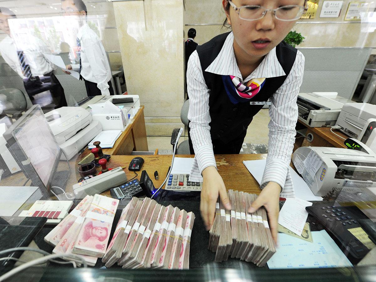 中國央行要求各 地銀行回收人民幣現鈔消毒隔離7 至14 天,或火燒銷毀。(STR/AFP via Getty Images)
