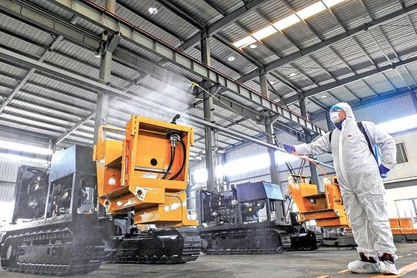 目前中國的工商業活動已經受到新冠病毒疫情的嚴重影響,很多工廠因擔心傳染無法開工。(AFP)