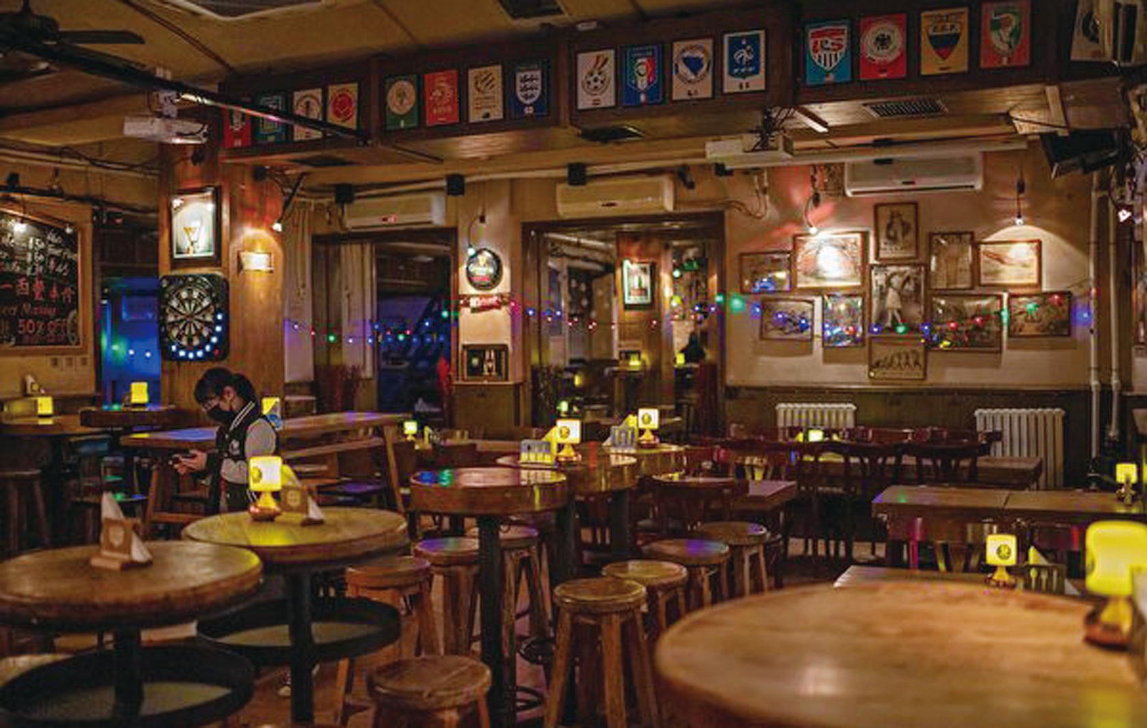 陸知名潮汕牛肉火鍋店「八合里海記」大年初二關掉廣州等132家門店。圖為1月29日,北京一家餐館冷冷清清。(Getty Images)