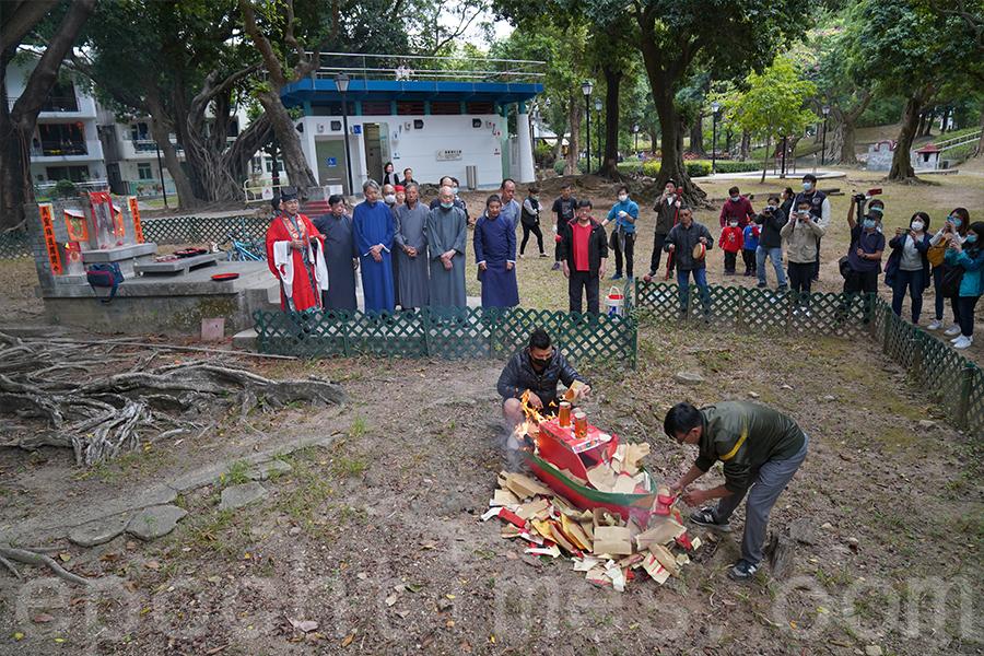 「扒船」儀式結束後,焚燒紙船。(陳仲明/大紀元)