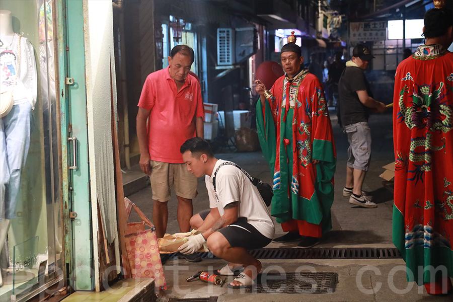 太平清醮期間的「洗街」儀式,意為潔淨社區。(陳仲明/大紀元)