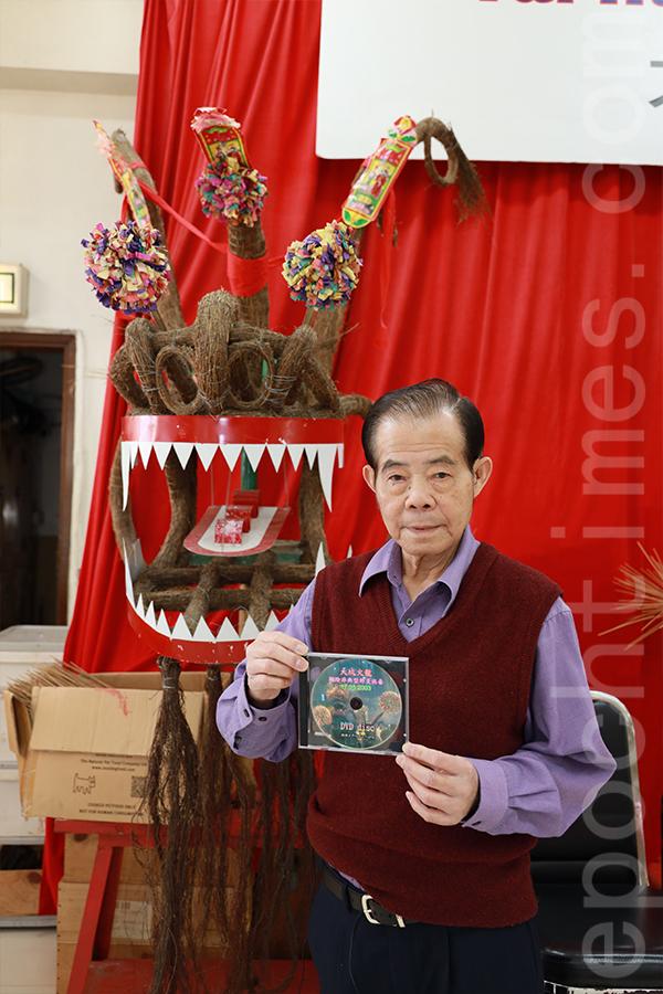 大坑舞火龍總指揮陳德輝展示2003年沙士(SARS)期間舞火龍活動的DVD。(陳仲明/大紀元)