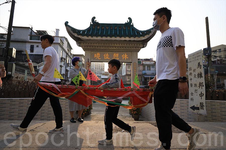 小童駕著紙船在大圍村巡遊。(陳仲明/大紀元)