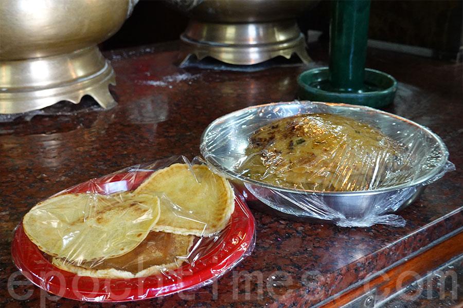 在大圍村侯王廟有薄餅供奉,寓意「補天穿」。(曾蓮/大紀元)