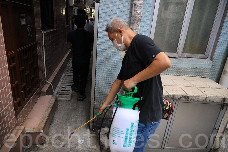 今年更因應武漢肺炎疫情,村民特意沿門逐巷噴灑漂白水。(陳仲明/大紀元)