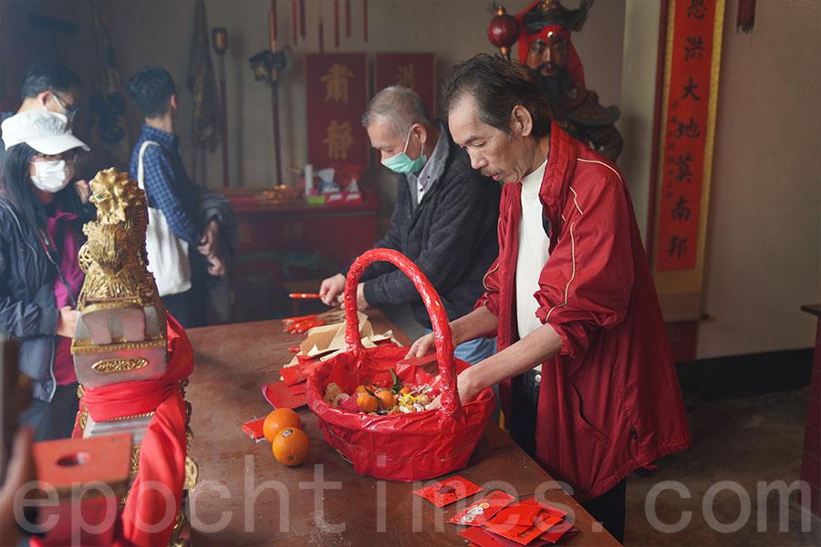 「天姬船」收集到的物品經分類後,部份物品在錦田洪聖廟內火化。(陳仲明/大紀元)