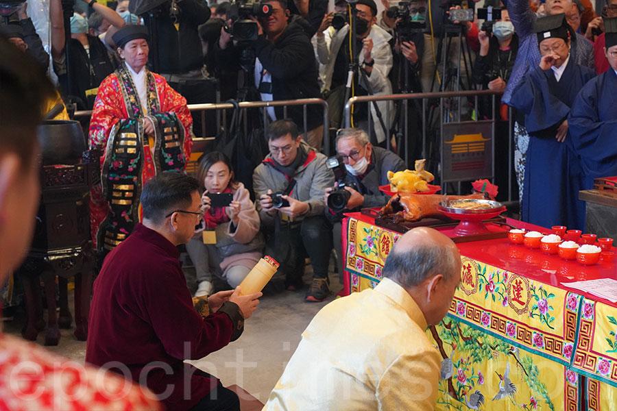 2020年1月26日庚子年大年初二早上,新界鄉議局主席劉業強(左)按習俗到沙田車公廟為香港求籤。(資料圖片)