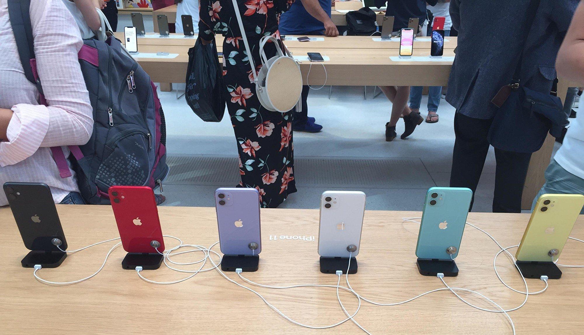 蘋果公司2月17日表示,將無法達到第一季度的收入預期。富士康組裝蘋果手機的鄭州廠雖然獲准開工,但受限於嚴格的隔離要求,無法全面復工。圖為蘋果在紐約第五大道旗艦店新上市的Iphone 11 體驗台。(施萍/大紀元)