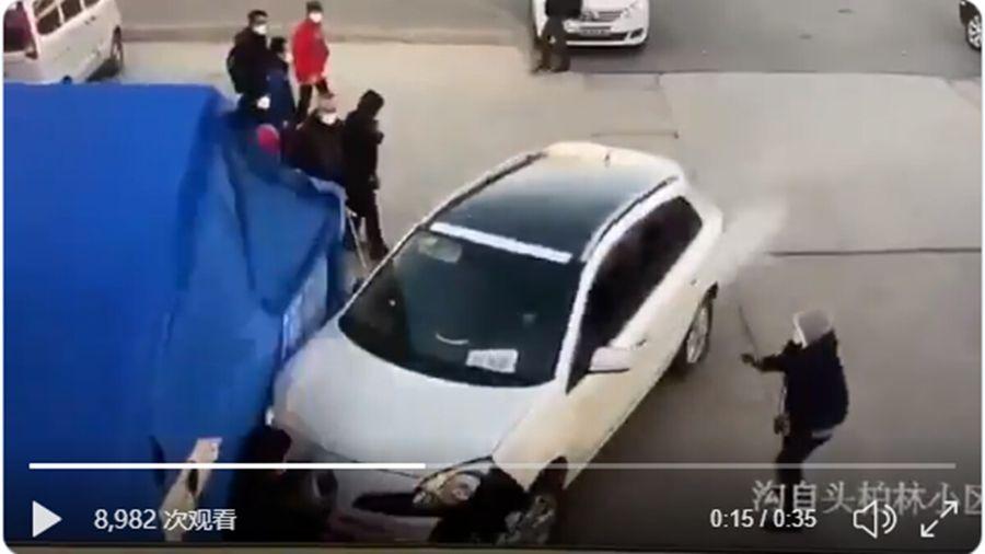 近日,北京一名男子開車進一小區看父母與警員發生衝突,男子踩油門撞向兩名招手挑釁的警員。(影片截圖)