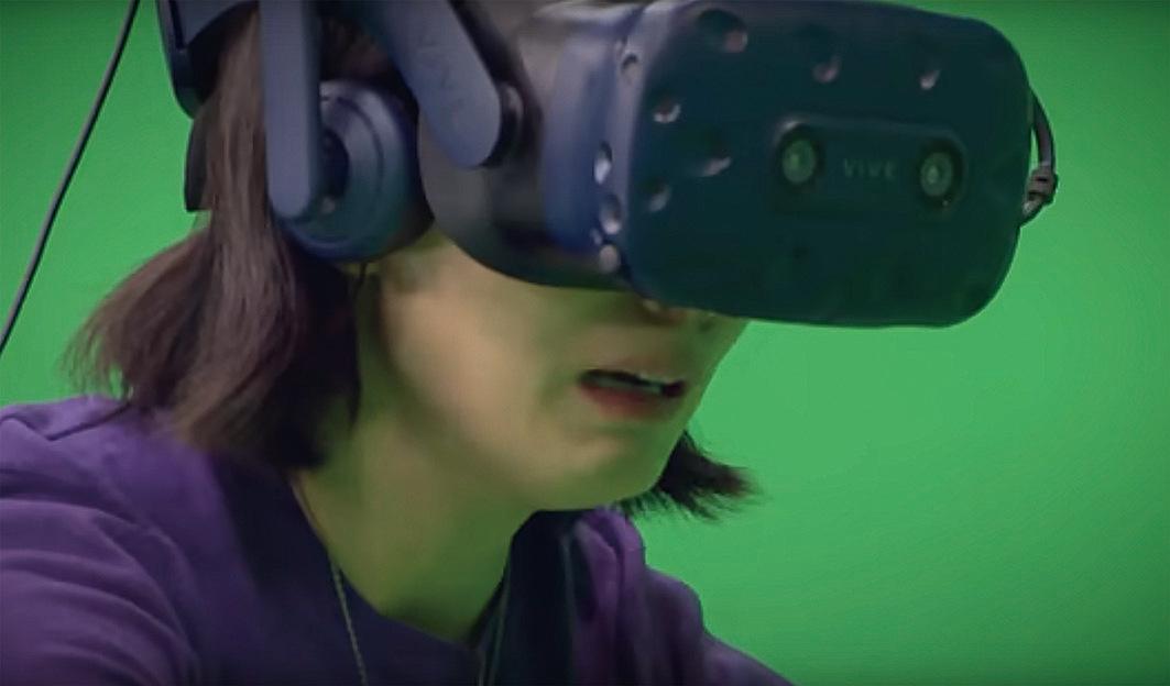 媽媽戴上虛擬現實的頭盔和觸感手套