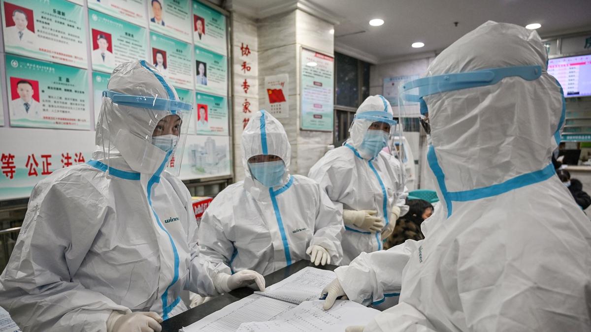 有武漢一線醫生冒險揭露,他們在政治正確的前提下,走在運動式的救治路上,向大躍進方向邁進。( HECTOR RETAMAL/AFP via Getty Images)
