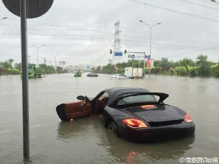 豐台區羊坊橋下嚴重積水,一輛保時捷轎車熄火。(網絡圖片)