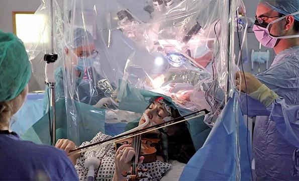 英國首例,53歲的特納(Dagmar Turner)日前在倫敦國王學院醫院(King's College Hospital)接受腦外科手術時被要求拉小提琴。(AFP)