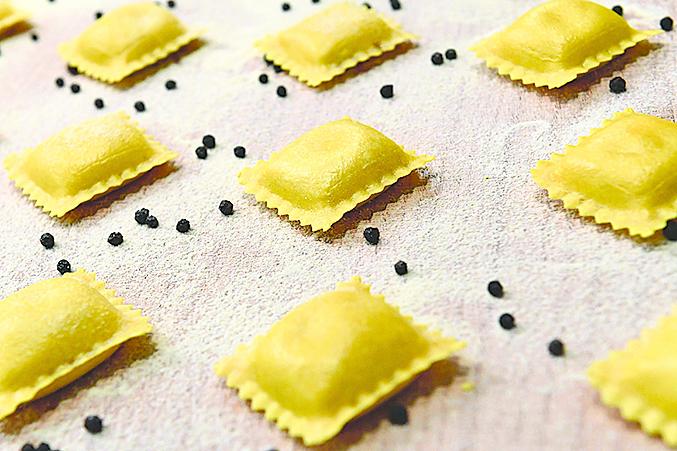 小巧的意大利餃(ravioli)與德國餛飩非常相似。圖為尚未煮熟的生意大利餃。