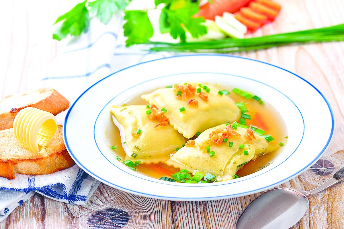 煮德國餛飩時,會搭配雞湯或蔬菜湯。