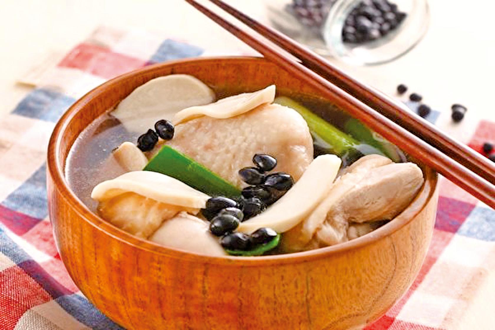 杏鮑菇黑豆煲雞湯有這排毒和補血養顏的功效。(幸福文化出版提供)