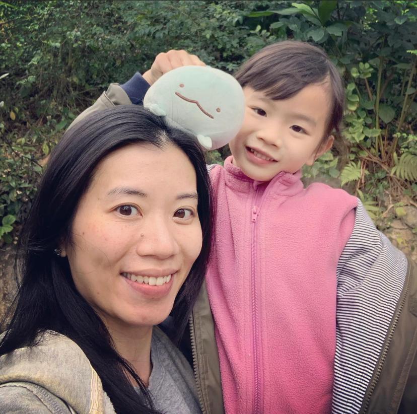 Marina和六歲的女兒合照。她認為在這段「非常時期」,更應該身體力行培養孩子正向思維。(受訪者提供)