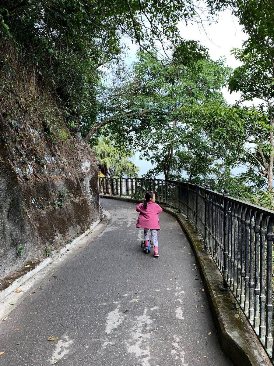 遇到好天氣,Marina會帶女兒到附近行山,讓孩子呼吸新鮮空氣,透過大自然的環境學習。(受訪者提供)