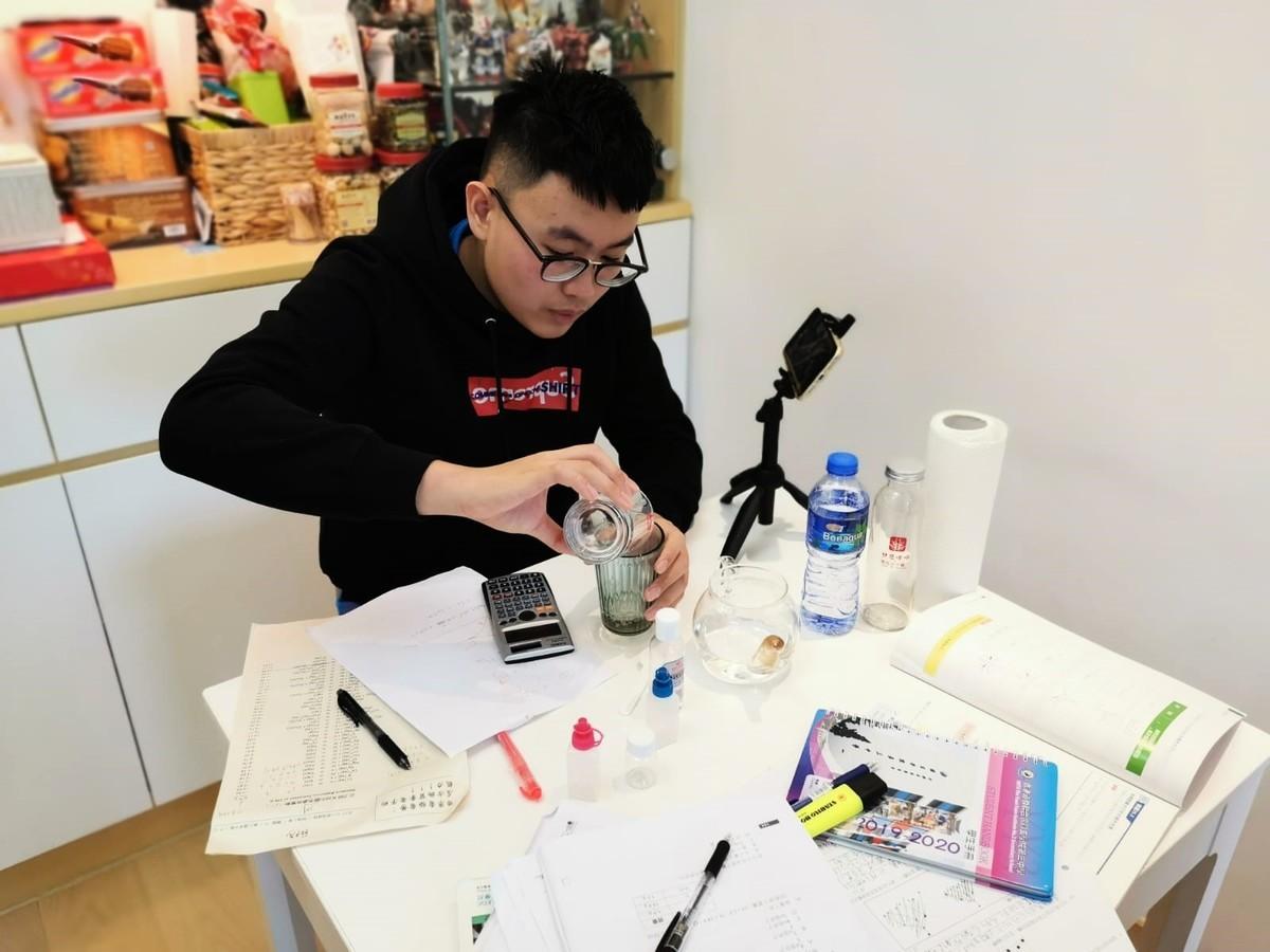 同學根據網上教學片段,在家中自製酒精消毒搓手液,學以致用。(圓玄三中提供)