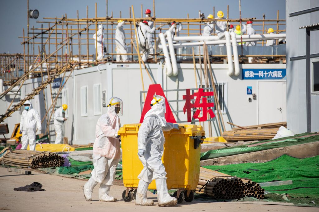 2020年2月18日,湖北省武漢市的雷神山醫院,工人趕建中共病毒(俗稱武漢病毒、新冠病毒)患者的臨時醫院。(STR/AFP via Getty Images)