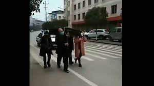 武漢奇葩防疫:四人抬麻將桌遊街(影片)