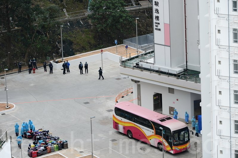 首批106名郵輪「鑽石公主號」港人乘客,昨日乘首班政府包機回港,由衛生署安排旅遊巴接載他們到火炭駿洋邨,接受14日隔離檢疫。(宋碧龍/大紀元)