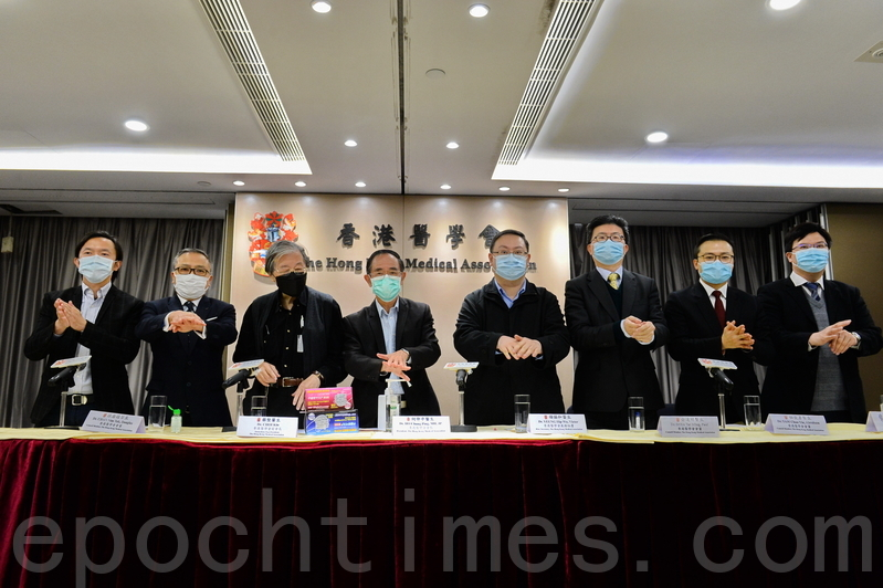 香港醫學會昨日召開記者會,記者會結束後醫學會一眾成員合照,示範洗手動作。(宋碧龍/大紀元)