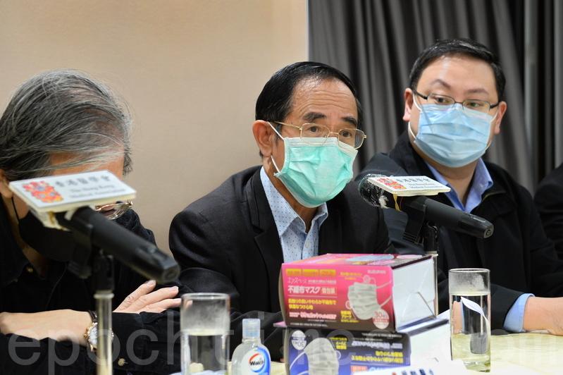 醫學會會長何仲平表示,香港是人口煙稠密,認為乘搭公共交通工具,或在人多的地方都能戴口罩,並減少外出與社會接觸。(宋碧龍/大紀元)