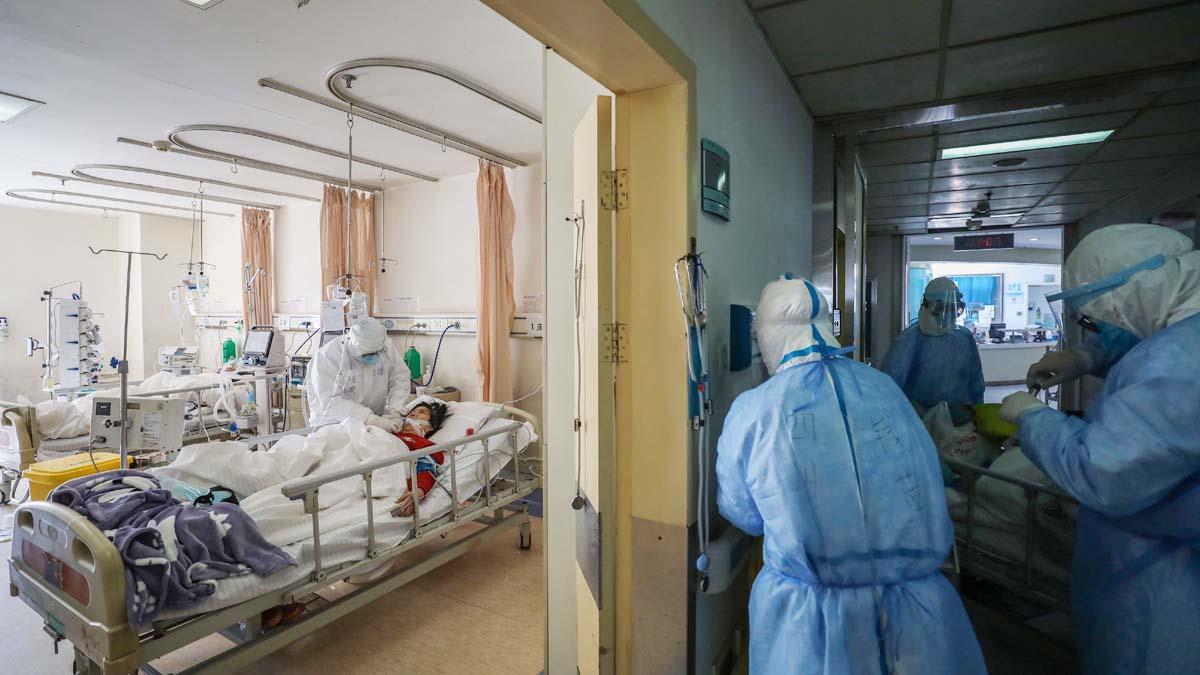 圖為2月16日武漢紅十字會醫院的隔離病房。(STR/AFP via Getty Images)