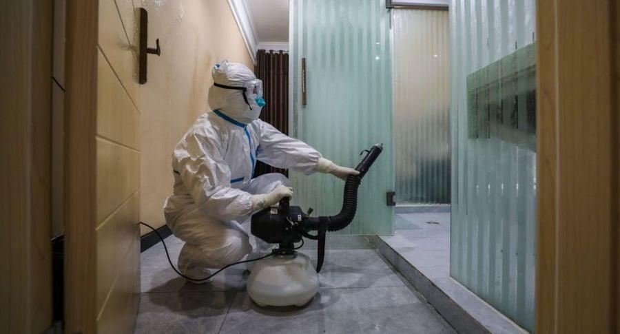 圖為中國湖北省武漢是檢疫區醫務人員2020年2月3日正在對剛剛騰空的房間進行消毒。(STR/AFP via Getty Images)