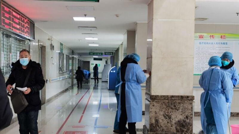 武漢肺炎被感染和死亡的真實數據,遠遠超出中共公布的數字。圖為1月22日武漢金銀潭醫院主樓進行消毒工作。 (Getty Images)