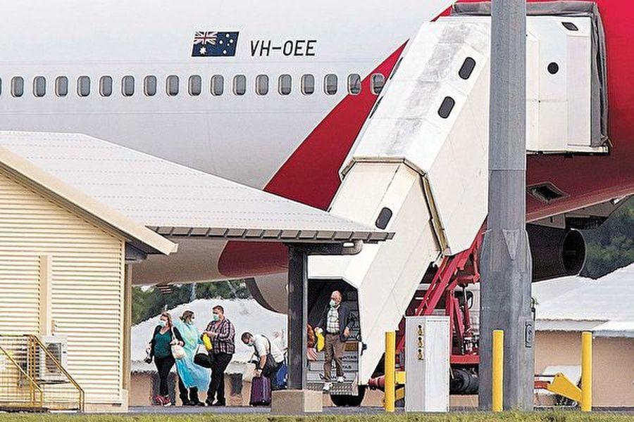 2020年2月20日早上,從鑽石公主號郵輪上撤離的164名澳洲遊客抵達達爾文國際機場。(AAP)