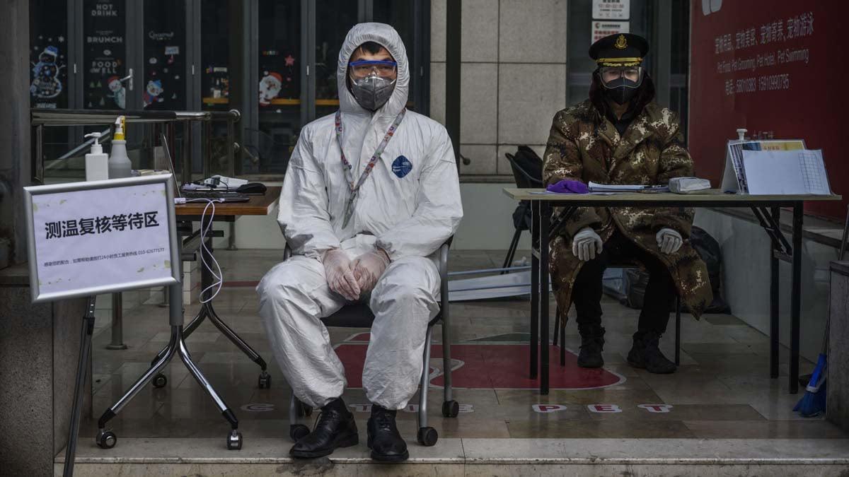 北京防疫空前緊張。圖為一棟大樓前負責測量體溫的門衛。(Kevin Frayer/Getty Images)