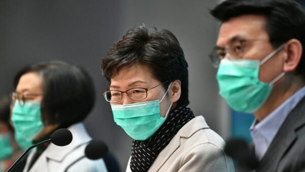 特首林鄭月娥向北京獻計,希望藉「有效處理疫情」贏取市民支持,為建制派翻身。(ANTHONY WALLACE/AFP via Getty Images)