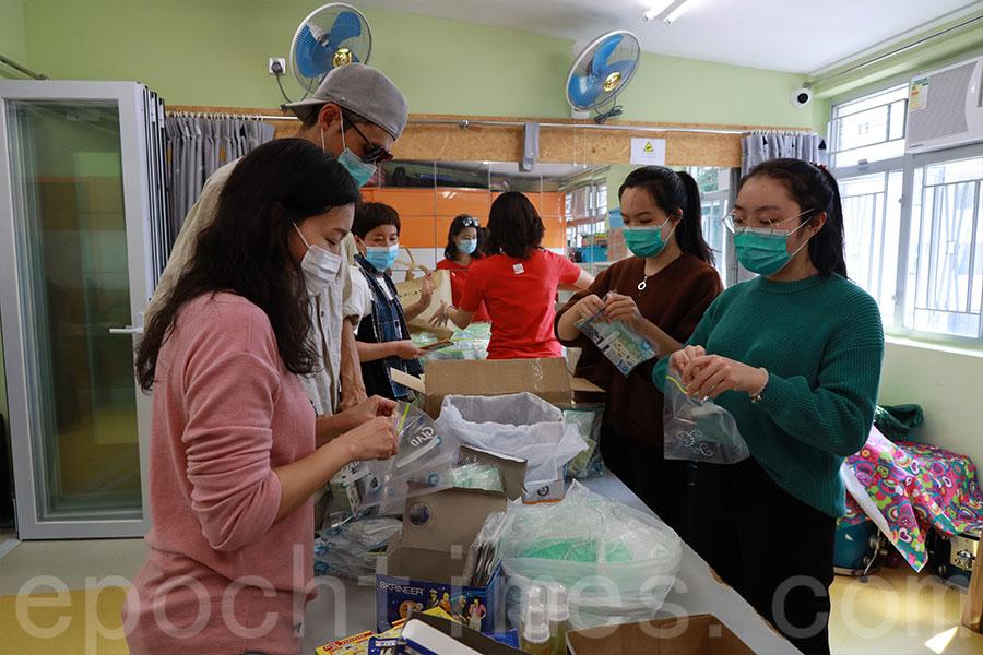 2月22日,義工將防疫物品分類包裝,準備了約200份防疫包,向大澳區內長者、清潔工人和有需要的街坊免費派發。(陳仲明/大紀元)