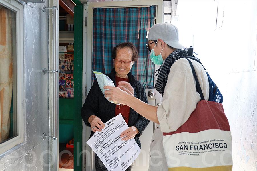 不少收到防疫包的大澳區內長者均感到很開心。(陳仲明/大紀元)