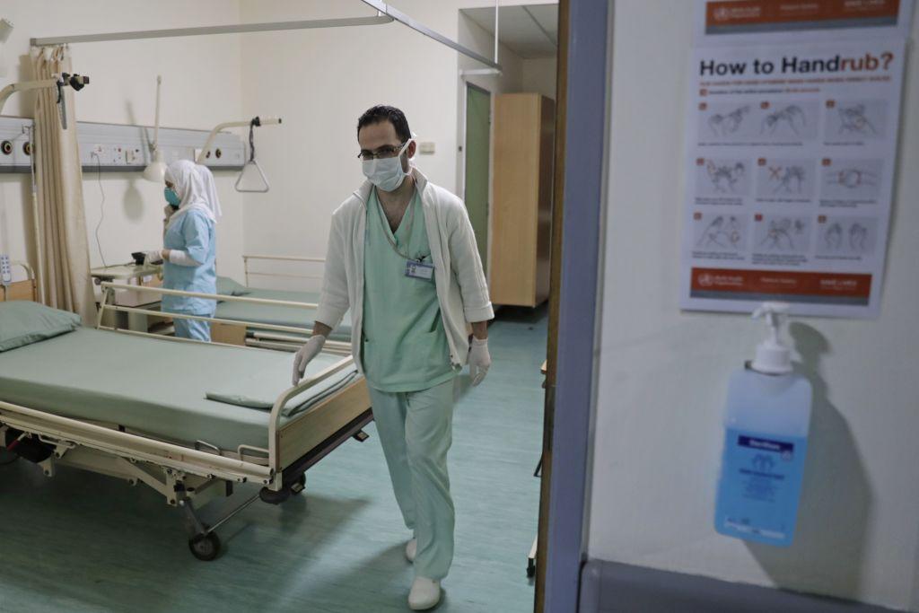 2020年2月22日,黎巴嫩首都貝魯特南郊的拉菲克·哈里里大學醫院,戴著口罩的護士在病房工作。黎巴嫩於2月21日證實,中共病毒的第一宗,是一名45歲的婦女。(ANWAR AMRO/AFP via Getty Images)