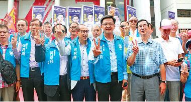 傳未獲得鄉事派支持出選的屯門區議會議員何君堯舉行誓師大會。(路思/大紀元)