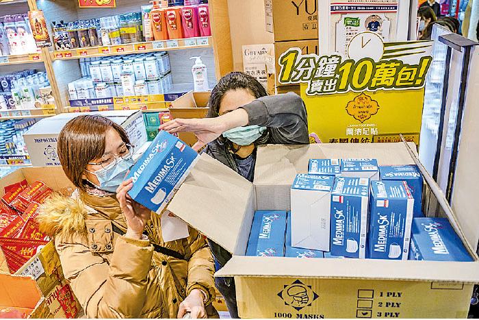 武漢肺炎疫情改變了本港的消費模式,市民搶購口罩,繼而廁紙、消毒用品及食米等。(Anthony Kwan/Getty Images)