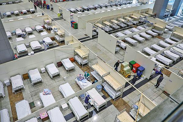 圖為武漢市一家由展覽中心改建的醫院,2月5日醫護人員準備接收更多的感染新冠狀病毒肺炎患者。(Getty Images)