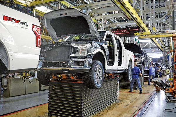 最新的兩項關鍵數據顯示,美國的製造業可能已走出衰退。圖為美國密歇根州的一個福特卡車裝配廠。(Getty Images)